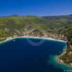 Foto aerea del porto del villaggio di Skopelos Panormos