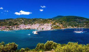 Skopelos Chora, Skopelos Hafen, vu Skiathos op Skopelos