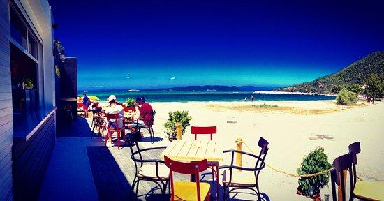 madalaki beach bar hovolo, beach bars skopelos. neo klima skopelos